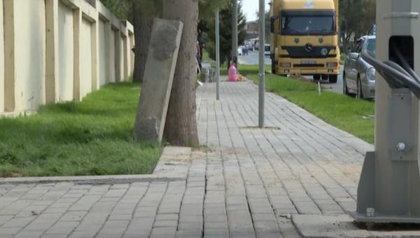 Bakıda piyada səkisinin üzərində işıq dirəyi və yol nişanları quraşdırılıb - VİDEO